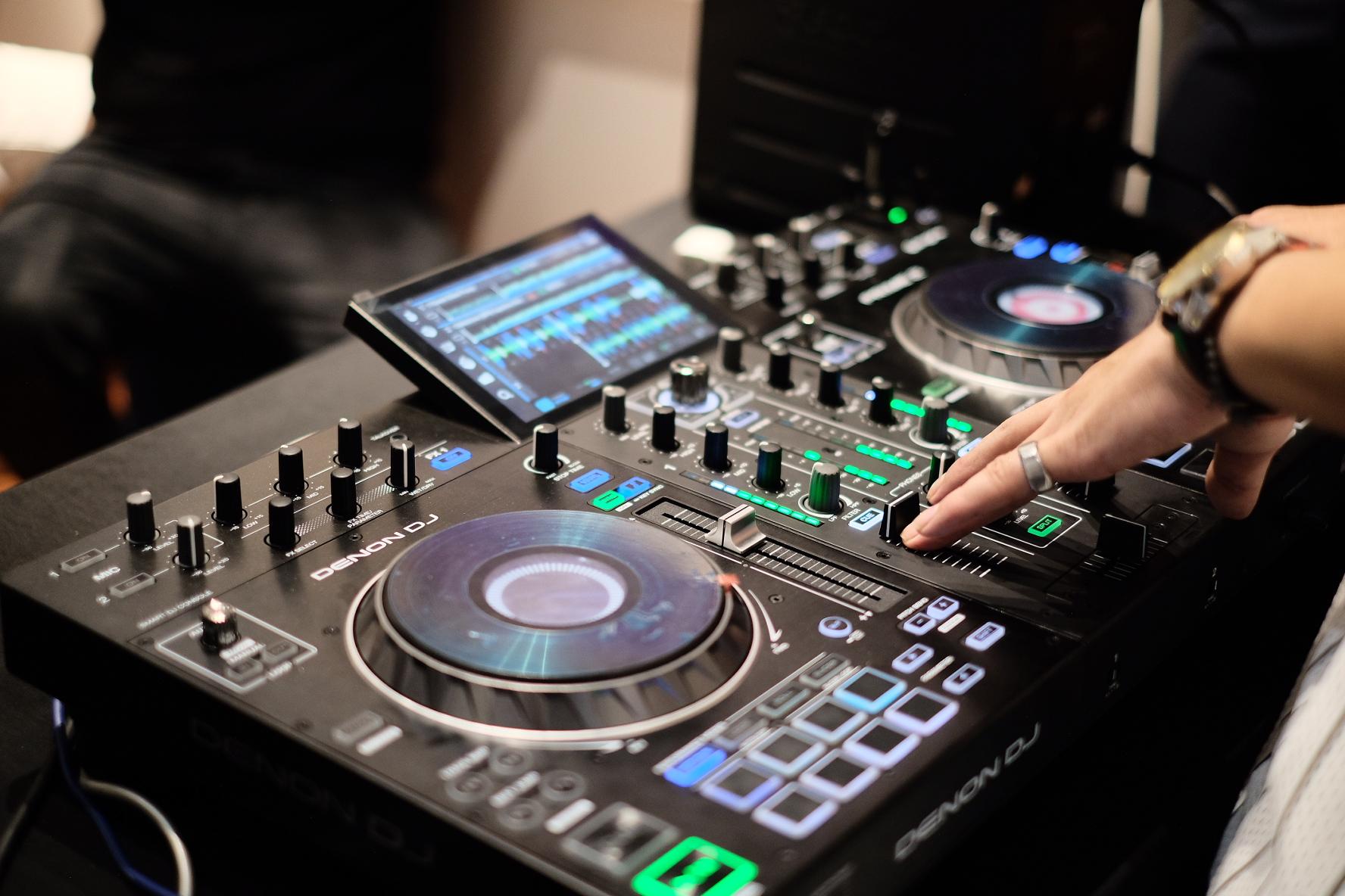 """Tuy nhiên, điều thực sự ấn tượng ở đây chính là tính năng Pad Scratch mới của nó, cho phép bạn """"chà"""" đĩa như một dân DJ chuyên nghiệp"""